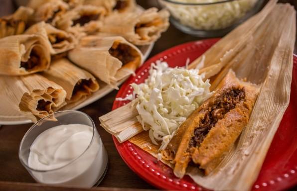 tamales de pavo en mole.