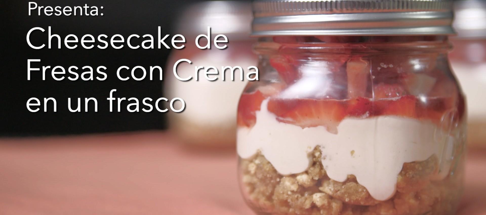 Imagen de Cheesecake de fresas con crema en un frasco